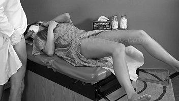 Русский чувак ебет в попочку зрелую сучку в нейлоновых чулочках на ступеньках