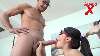 Фитоняша трется о елдак партнера пиздой и доводит его до оргазма