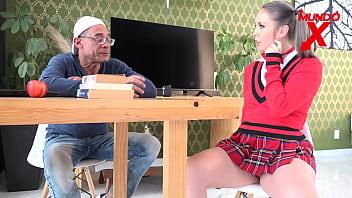 Девушка в очечках сосет фаллос кавалера и достает вагинальный фистинг