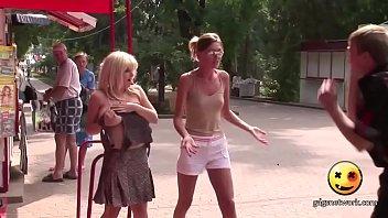 Бородатый мускулистый парень и малышка с рыжими прядями трахаются в ванной