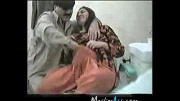 Женщина с объемной дойкой в длинном юбке готовит завтрак и насаживается мандой на член трахаля