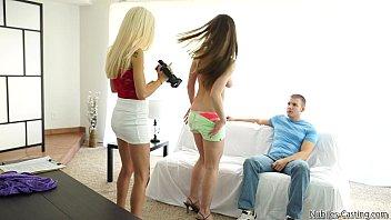 Девушка в колготочках постанывает от фистинга родненького друга