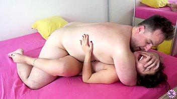 Молодая лесбиянка приседает на личико зрелой толстушки и кайфует