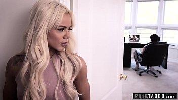 Литые сиськи скромной блондинки
