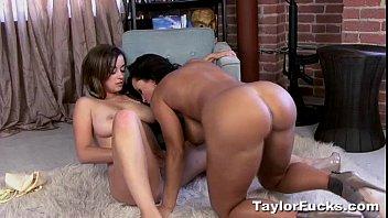 Женщина с крупными сисяндрами порется с другом на диванчика