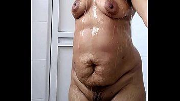 Девчоночка с огромными грудями трахается в бассейне