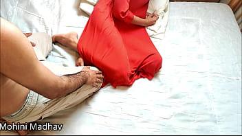 Две зрелые бабы тестируют секс машину и занимаются фистингом