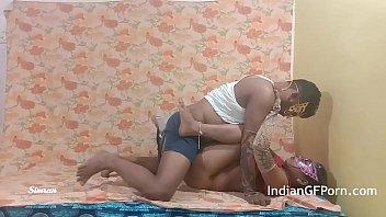 Бабуля порется с молодым мускулистым парнем на диване