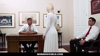 Горячая шлюха-секретарша заприметила фаллос, стоячий из шкафа и потрудилась на нем ротиком