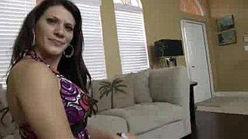 Татуированная негритяночка с большими сисяндрами сношает себя фаллоимитатором на кровати