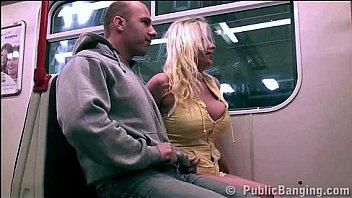 Молодая девушка занимается порно втроем в ангаре на кастинге