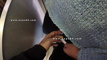 Блондинка в белом белье порется в анальное отверстие на шезлонге